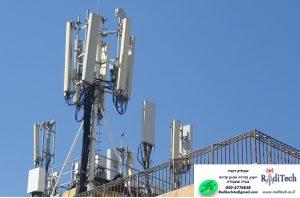 אנטנות סלולריות על גג מבנה